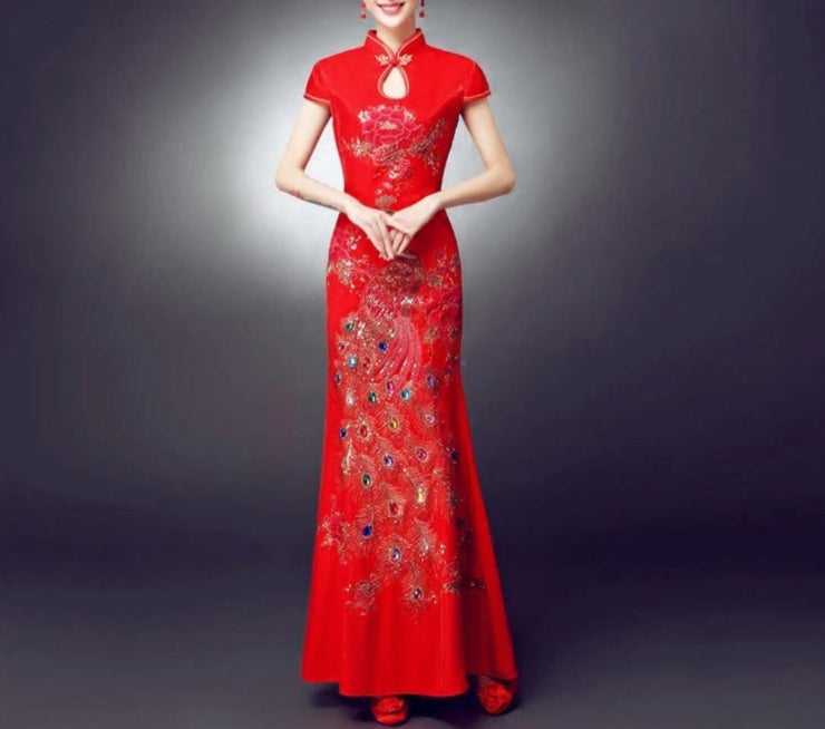 Elegant Red Wedding Cheongsam/Ao Dai/Qipao 旗袍/奧黛 With Peacock Wings Designed With Crystals