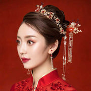 Chinese Gold Wedding Hairpiece For Cheongsam/Ao Dai/Qipao/Kua 旗袍/奧黛/龍鳳卦/秀禾服  Floral Design With Pearl On The Middle Added With Red Crystals