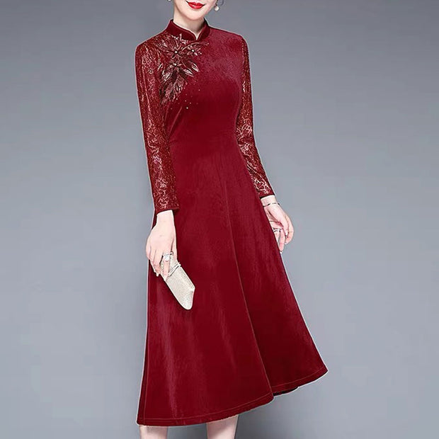 Mother of the Bride/Groom Dress Above the Knee with Floral Lace Pattern on Sleeves and Elegant Flower Brooch