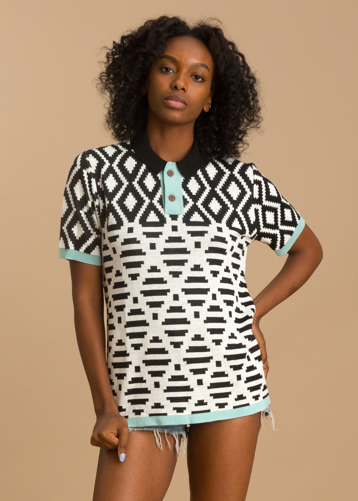 Printed black and white short sleeve polo shirt
