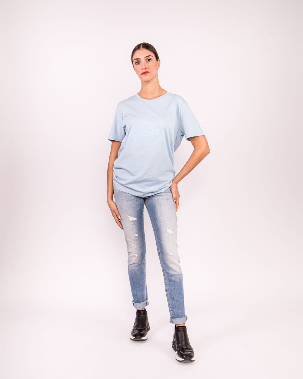 Oversized T-Shirt damen damen-T-Shirt Shirt Kurzarmshirt stylisch stylish lässig understatement Kleidung Sommer Sommer-Shirt leopard leo blau blue hellblau siebdruck design ton in ton druck basic understatement organic bio biologisch nachhaltig sustainable quality animal women