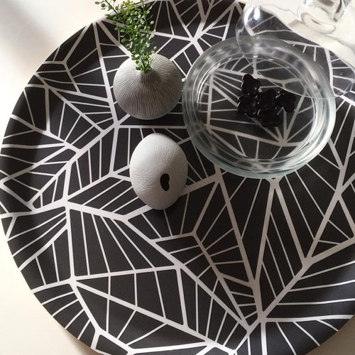 Rundes Tablett Wings Charcoal von Åry Home
