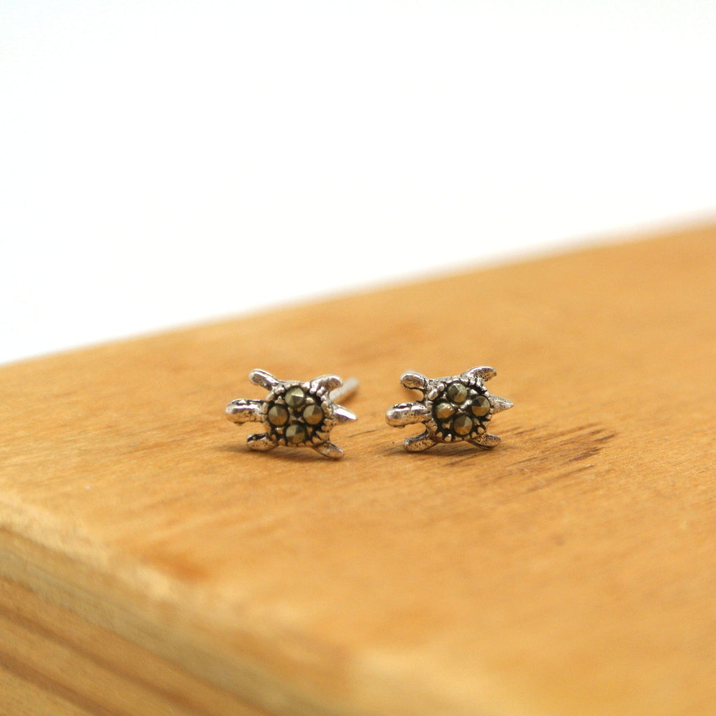 twang and pearl sterlin silver stud beach turtle