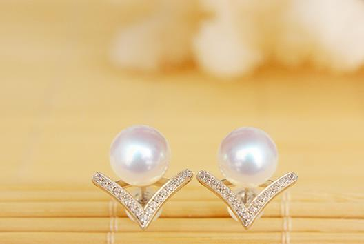 charming pair of 9-10 south sea round white pearl stud V earring 18/  k