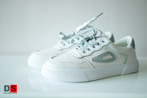 White Sneakers With Shinny Shoelace