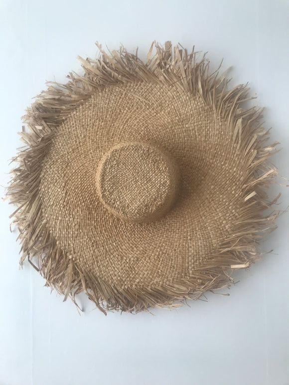 Straw sun hat with a large brim and a raw edge,