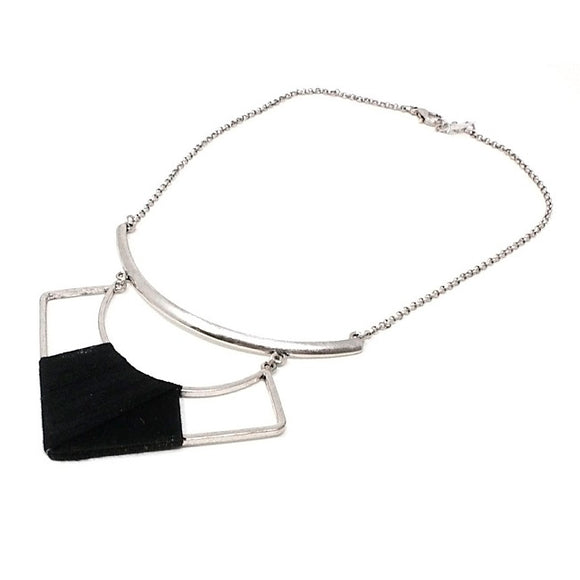 Geometric pendant w/ thread necklace - black