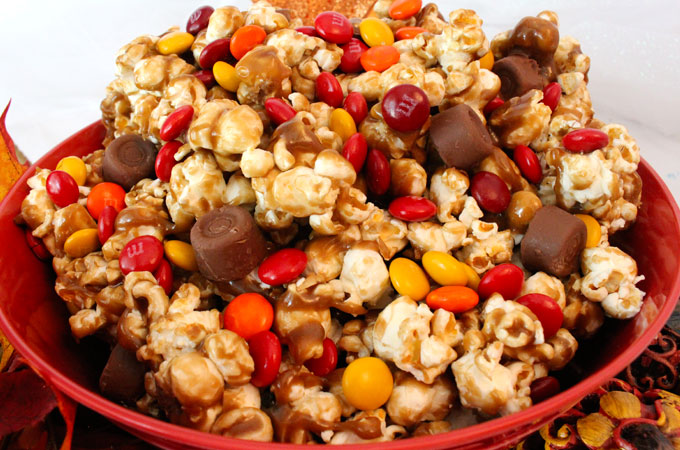 Thanksgiving caramel corn with candy