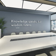 Wandzitat für Büro & Home-Office KNOWLEDGE SPEAKS, BUT WISDOM LISTENS von DotComCanvas