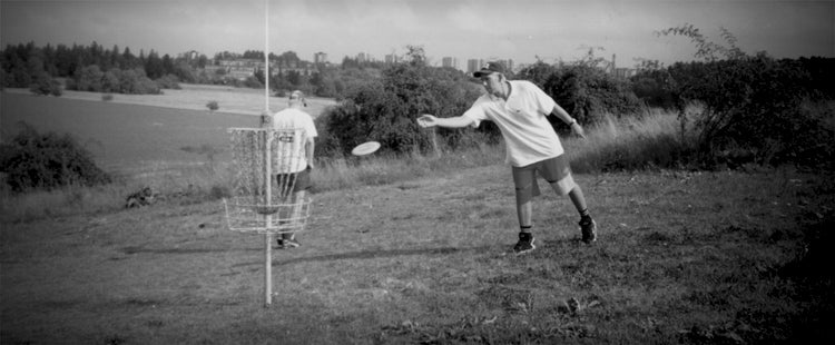Jussi putting at the legendary Järva DiscGolfPark in the 1990's.