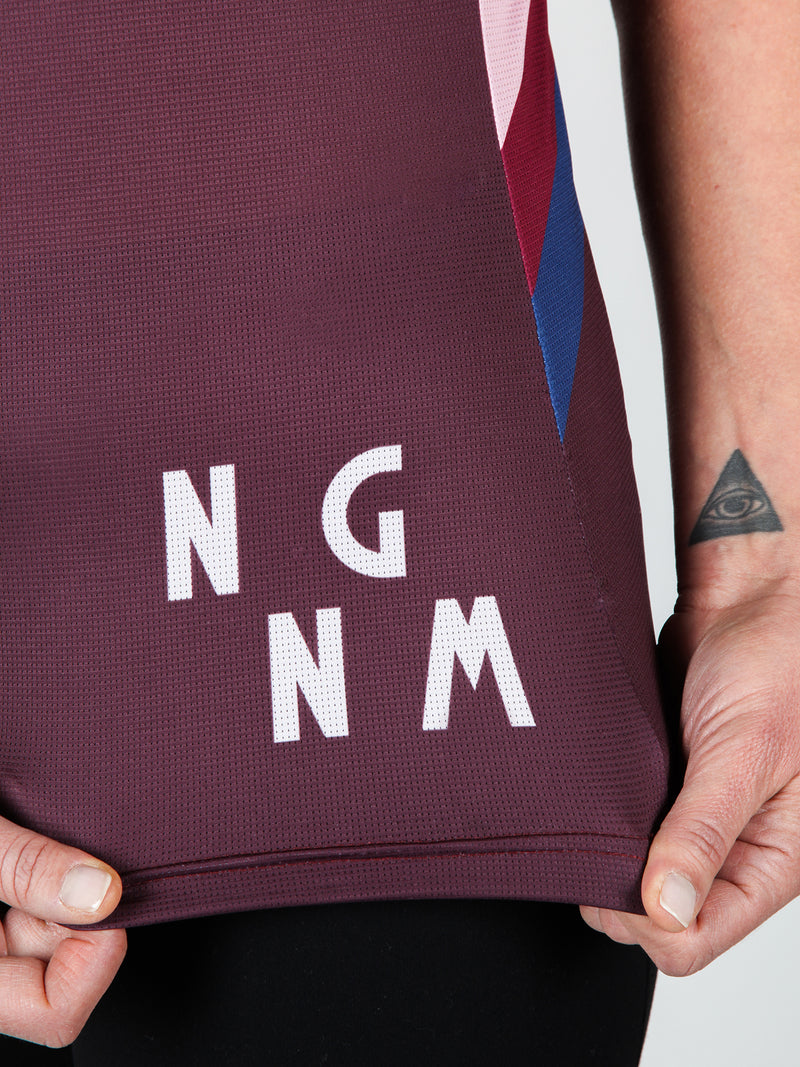 NGNM Tank ZWIFT running top aubergine Detail logo