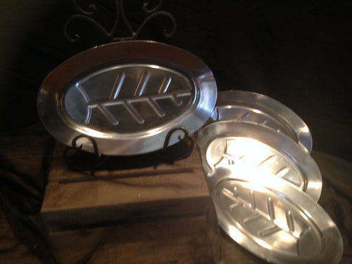 Lot 4:VINTAGE RETRO ALUMINUM HOUSEWARES SERVING PLATTERS