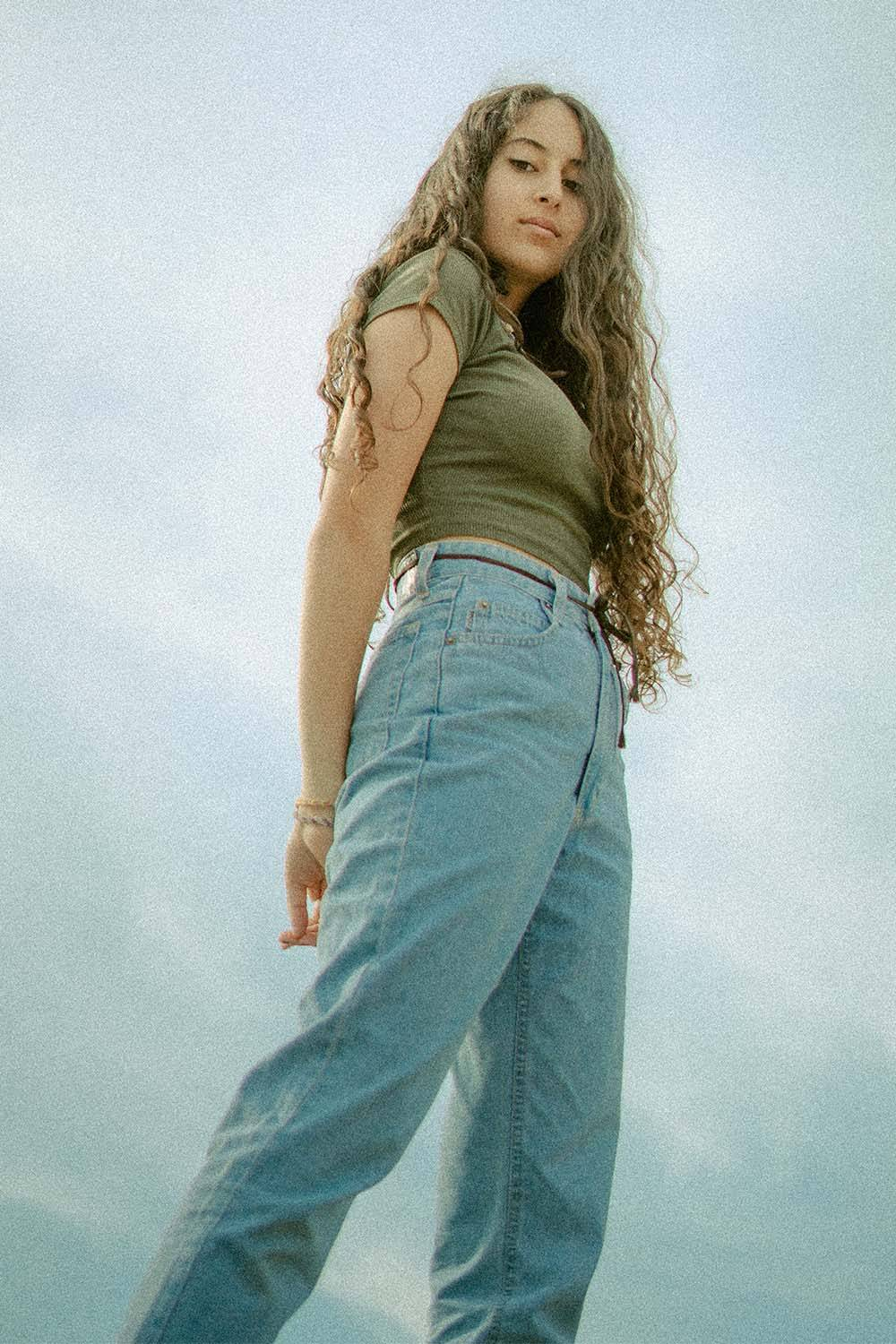 how look androgynous loose jeans