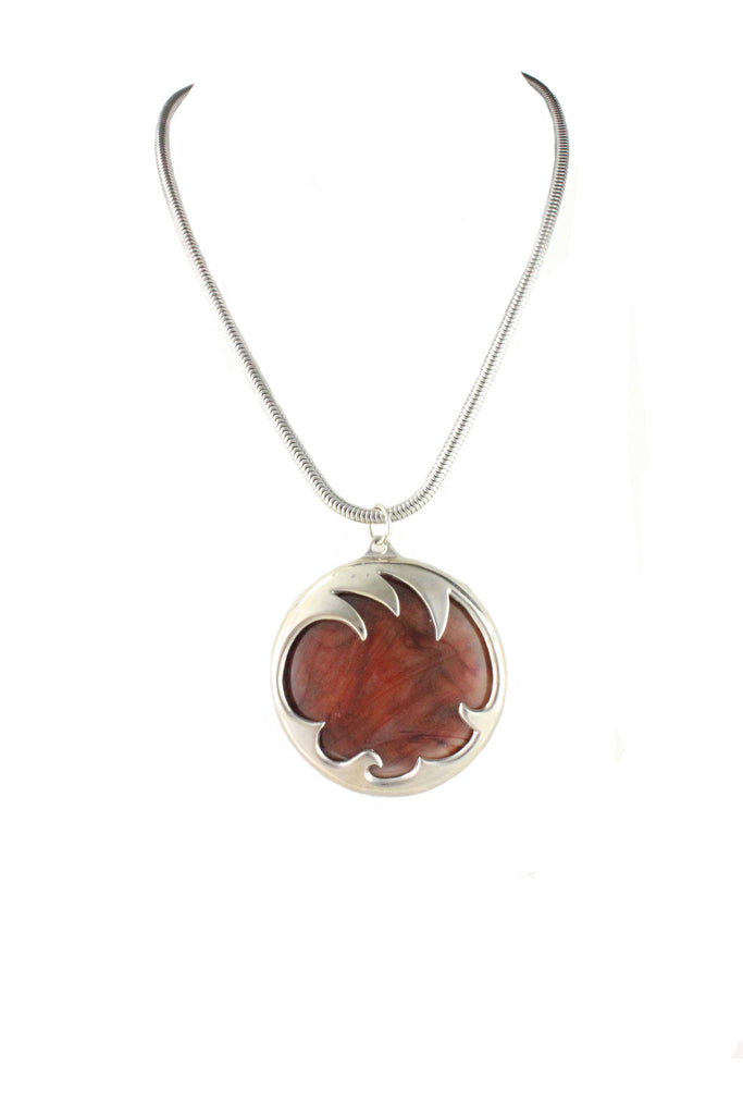 1970'S UNSIGNED BROWN LUCITE AND SILVER PENDANT NECKLACE