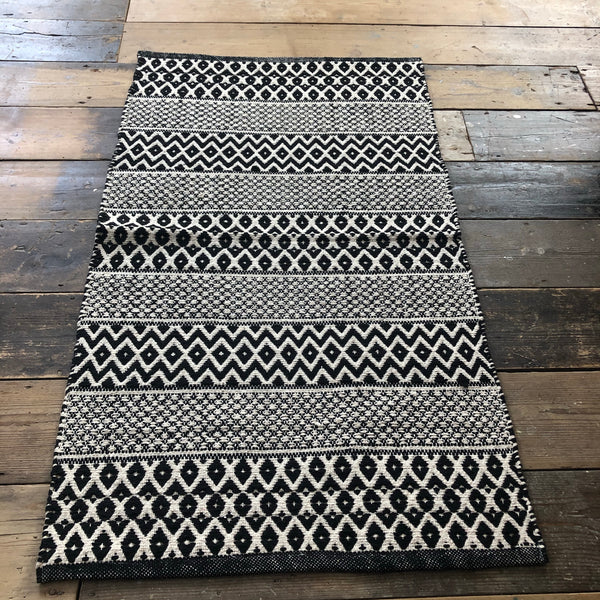 Black and white zig zag geometric 70x120cm rug