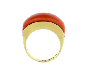 Yellow gold ring with a cabochon cut coral