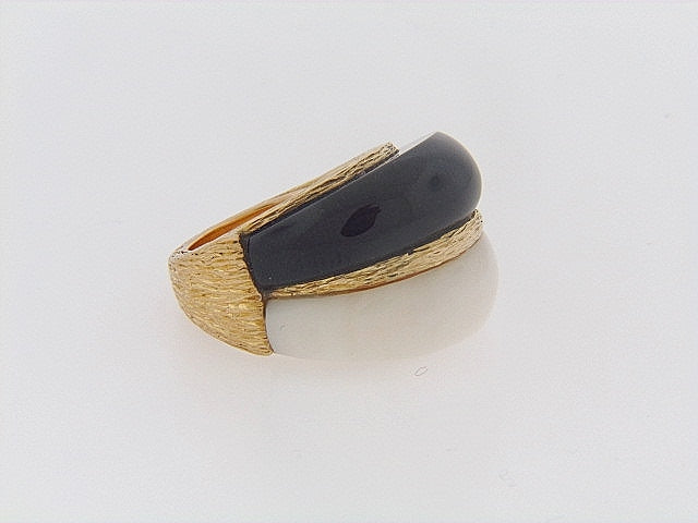 18K-YG WHITE CORAL AND BLACK ONYX BOMBE RING