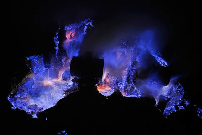 blue-lava-ijen-crater-indonesia-olivier-grunewald-fallow5