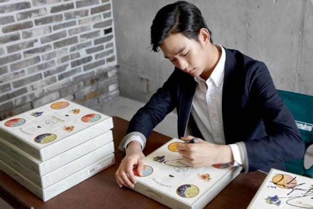 Left Handed Celebrities | Kim Soo-hyun