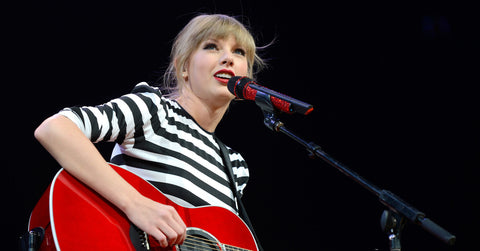 Taylor Swift playing righty guitar