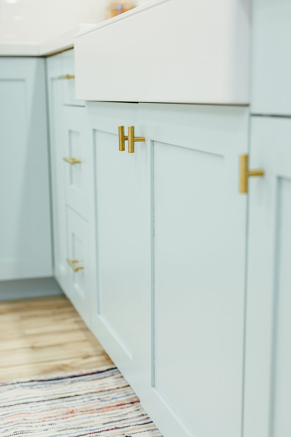 This kitchen makeover features the perfect kitchen cabinet paint color! Get kitchen cabinet paint color ideas plus tips on picking the right perfect color.