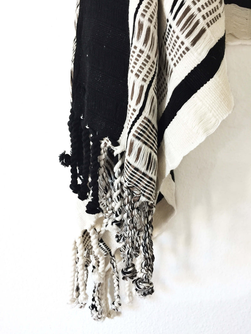 products/Taabal_Black_White_Poncho_detail.JPG