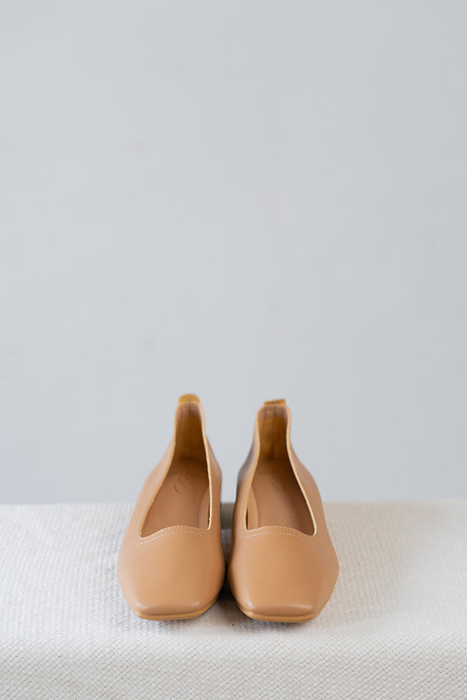 Load image into Gallery viewer, Nora Low Heels in Camel