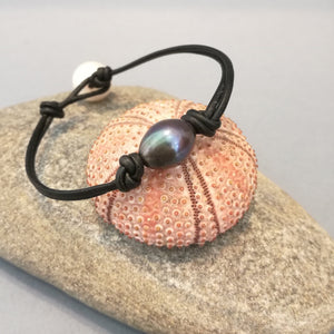 Simple bohemian black freshwater leather knotted bracelet.
