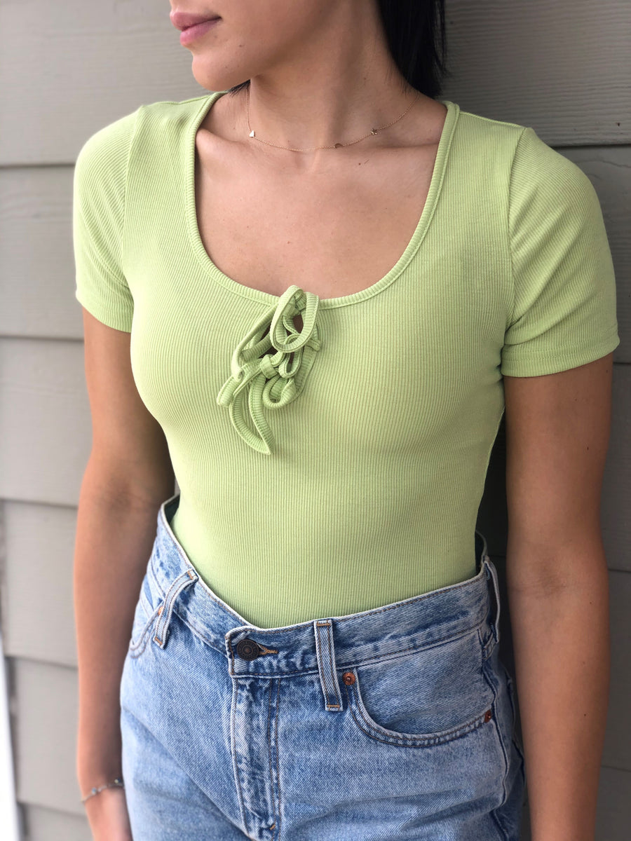 SHORT SLEEVE FRONT DOUBLE TIE BODYSUIT - PISTACHIO