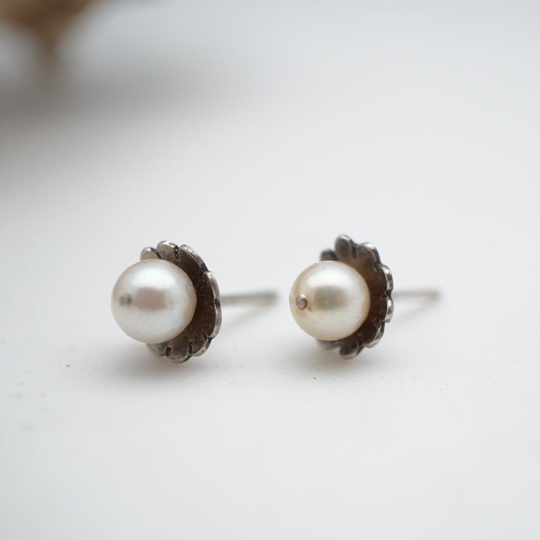 feminine flower pearl stud earrings