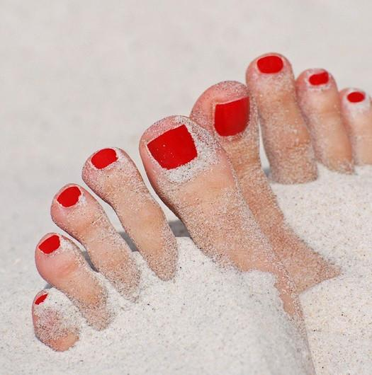 beach toes red polish