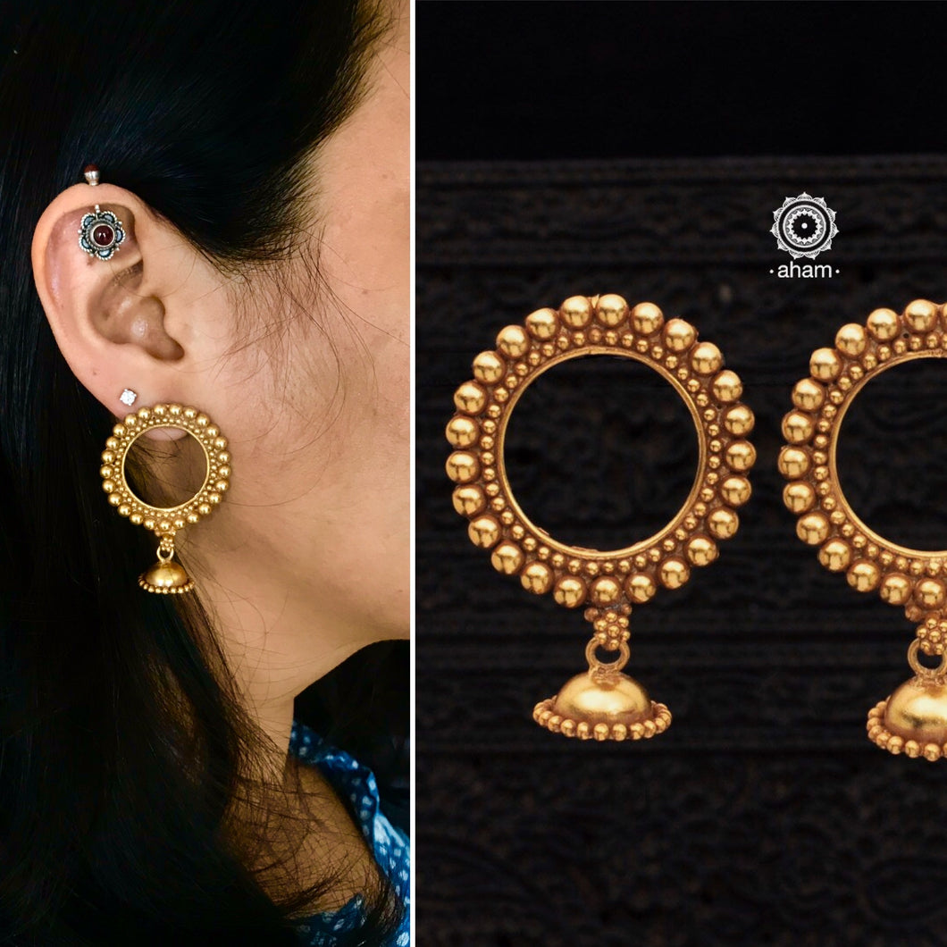 Circular patterned earring in gold polish