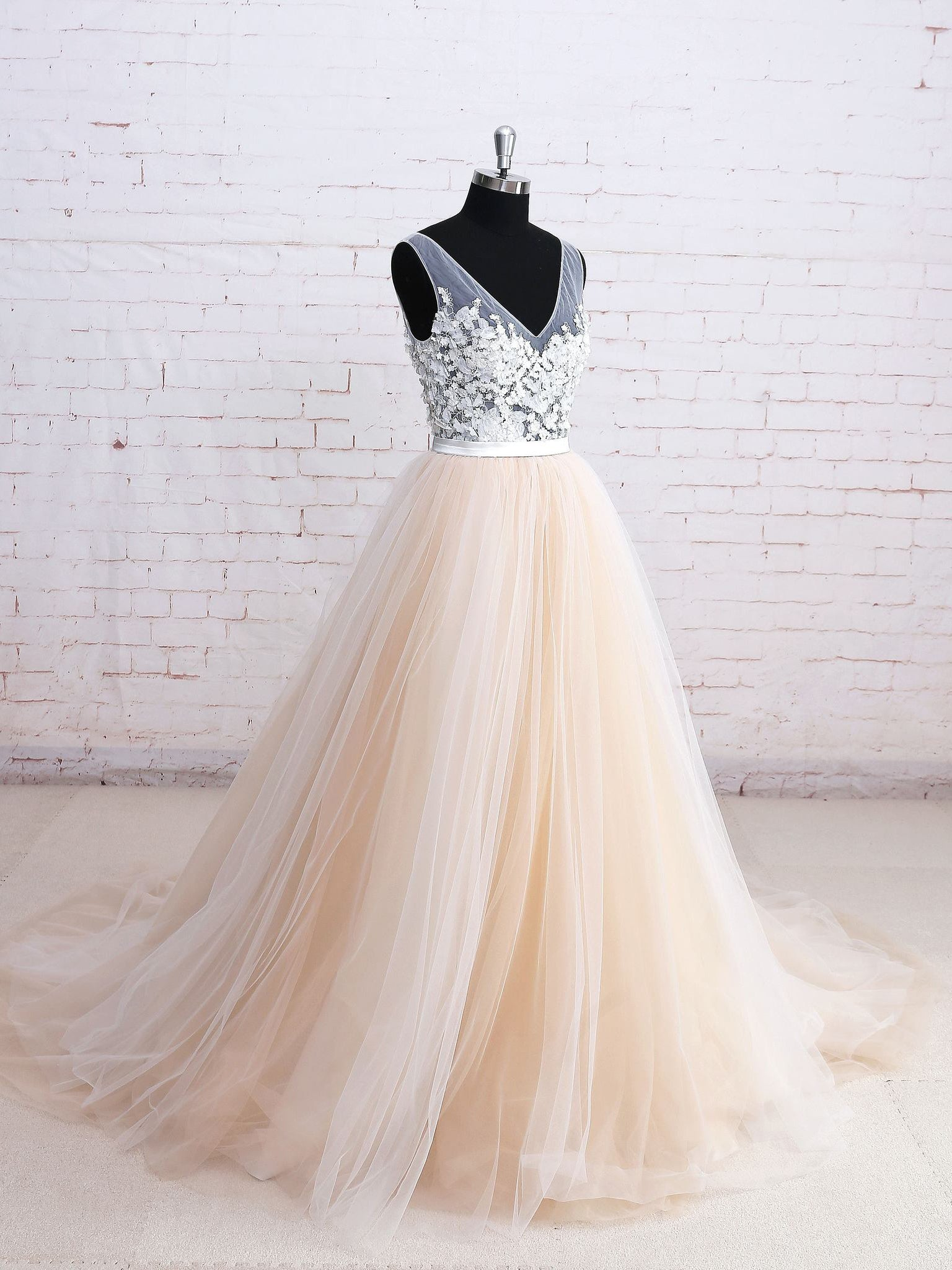 A-line v-neck sleeveless appliqued elegant prom dress with chapel train