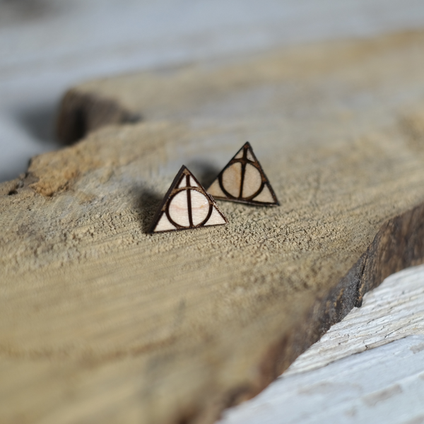 Maple wood triangle earrings with a circle and a line in the middle