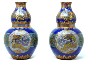 Japanese Imari vases from the 18th century with gold gilding and enamel dragon design