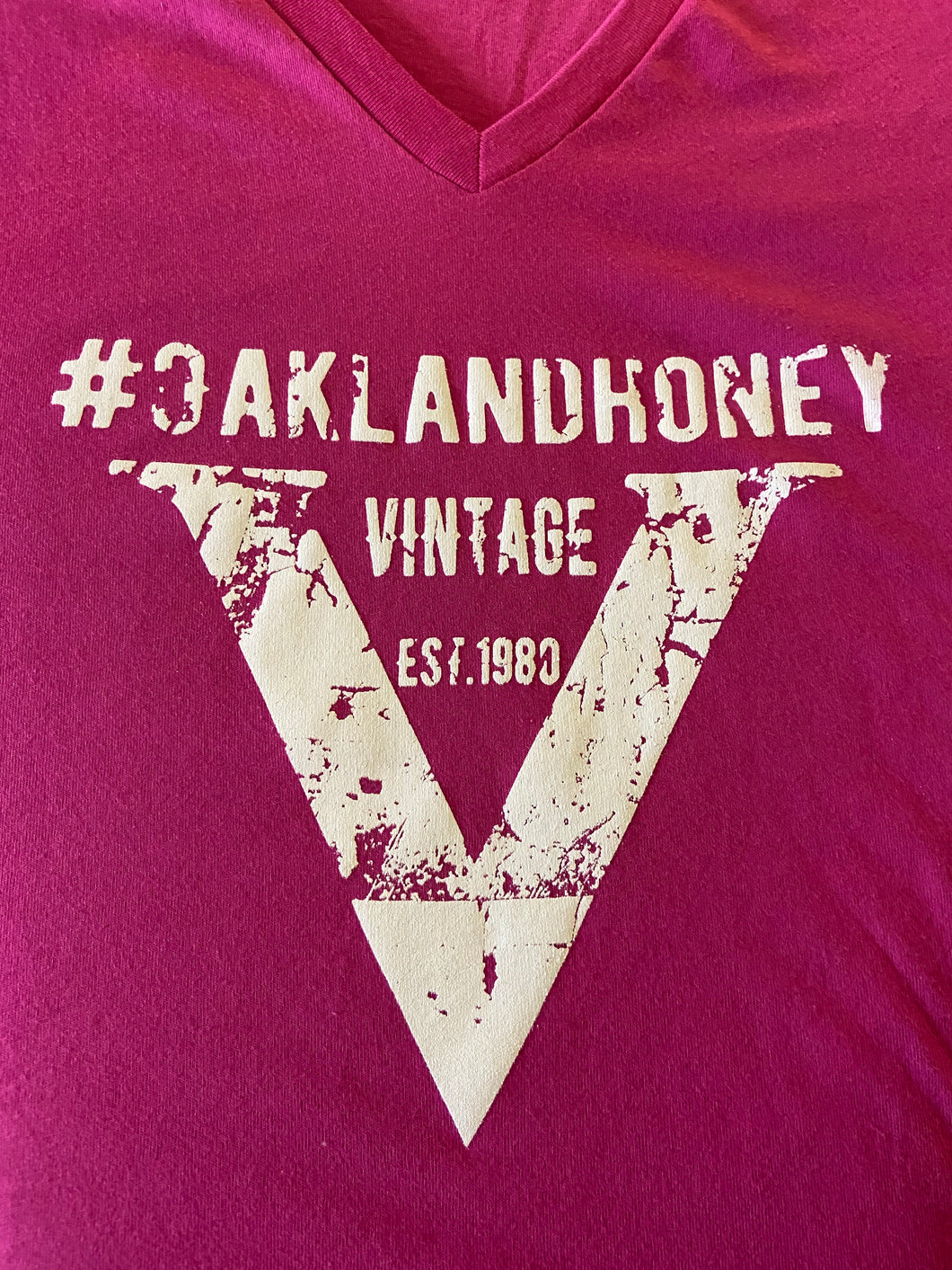 "OAKLAND HONEY ""V"" TEE BERRY/WHITE"