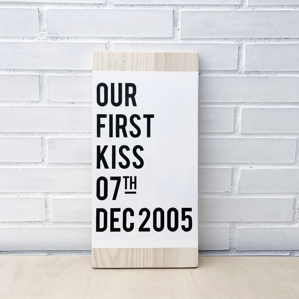 CARTEL PINTADO A MANO OUR FIRST KISS