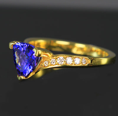 18K yellow gold trillant Tanzanite ring with diamonds