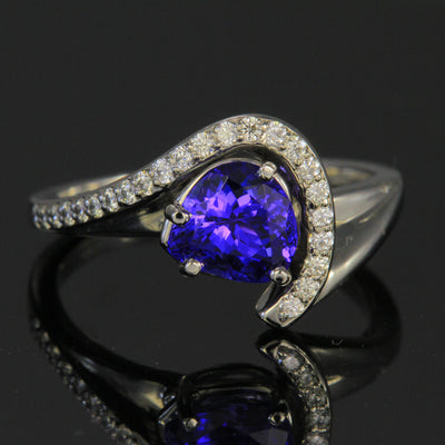18 kt gold ring with 1.77 ct Blue Violet Vivid with .23 ct diamonds