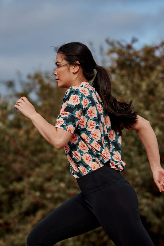 Modern woman getting active wearing the Asmuss Geometric Rose Print T-shirt and Asmuss Twisted Leggings