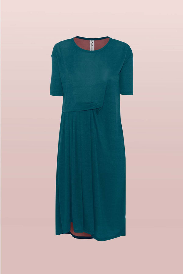 The Asmuss Asymmetric Pleat Dress in Pine Green. Slim arms, loose fitting body with pleat detail and pocket it makes a great dress for your everyday adventures you can wear it in the office, outdoors or where ever you travel to. Made from a blend of recycled polyester and Tencel a great sustainable fabric