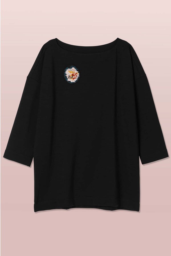 Asmuss oversized boat neck sweatshirt made of cosy fabric with ethical merino wool on the outer and fleece on the inside plus a geometric rose embroidered patch on chest. Perfect for cold days on your everyday active adventures or curling up at home.