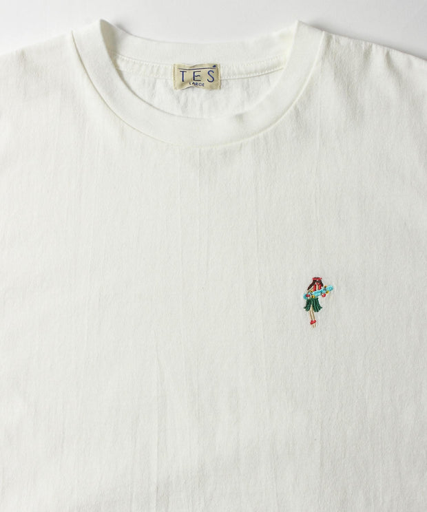 HULA BETTY EMB TEE / Tシャツ