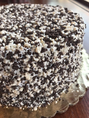 Chocolate and Vanilla Cake Crunch gives this ice cream cake an addictingly crunchy texture that pairs wonderfully well with our creamy ice cream. The cake is completely cloaked in cake crunch so you'll be sure to have a sweet crumble in every bite.