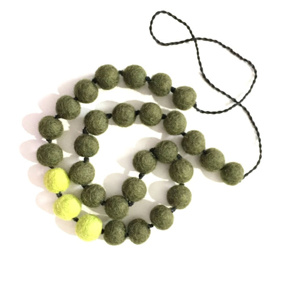 Felt-ball Contrast necklace