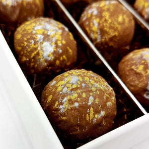 Chocoladetruffel Munt gold-silver spotted in wit luxe doosje - bonbons -chocolade - Chocoladebox.nl