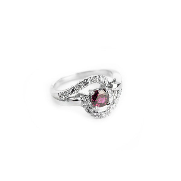 Ring in 18kt white gold 750 with central ruby ​​and outline of diamonds
