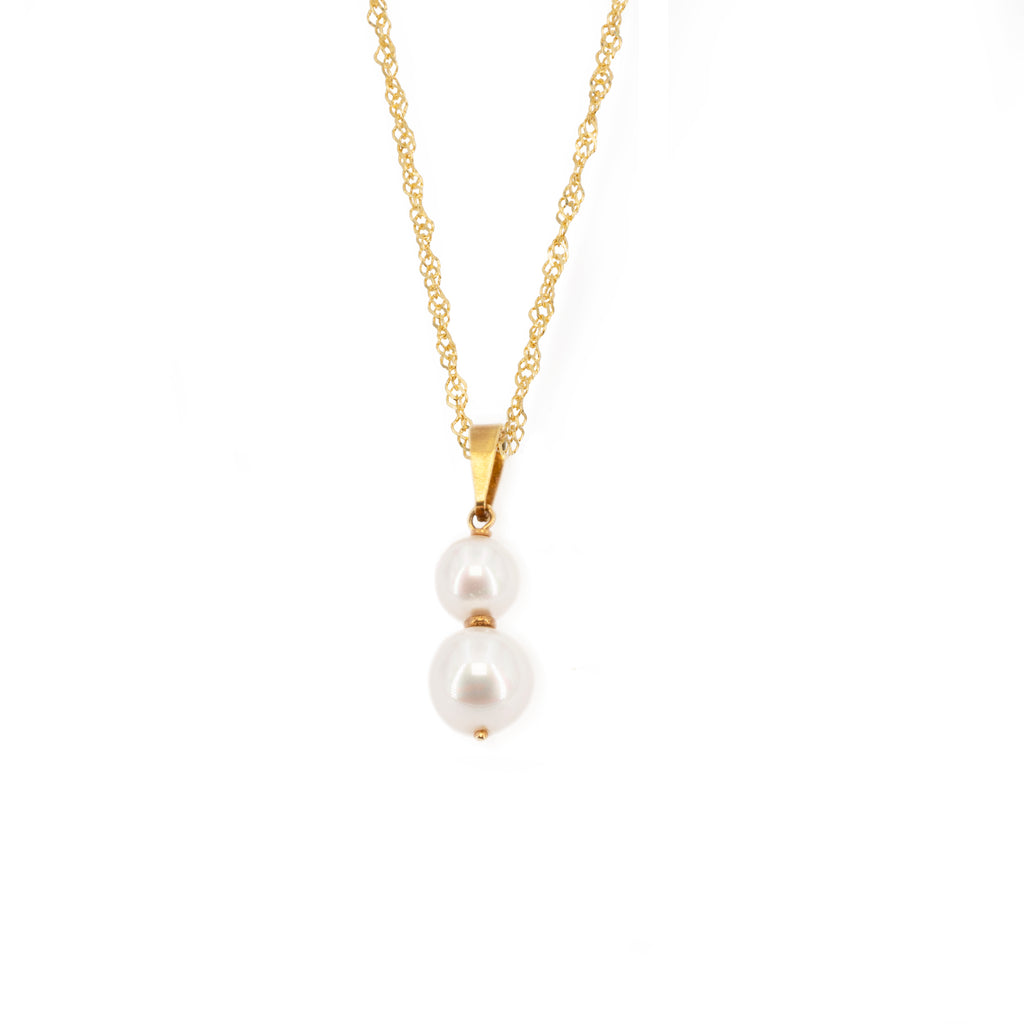 Singaporean woman chain necklace with 4mm and 8mm freshwater cultured pearl pendant