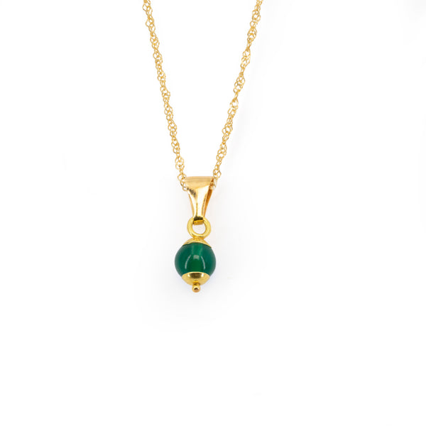 Singaporean woman chain necklace with 4 mm green jade pendant and 18 kt 750 gold