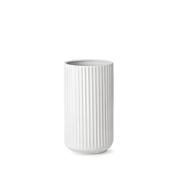 The simple and unpretentious column shape suits any workspace.